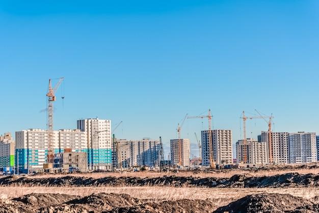 Immense paysage de grue et de construction