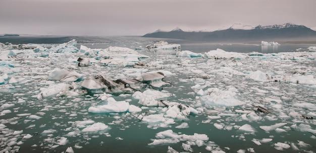 D'immenses blocs de glace sur la rivière glaciaire et des icebergs bleus sur le lac glaciaire de jokulsarlon.