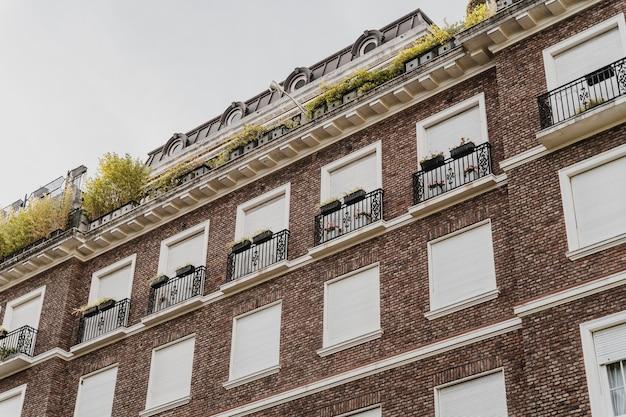 Immeuble d'appartements dans la ville