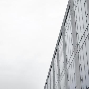 Immeuble d'appartements minimaliste dans la ville