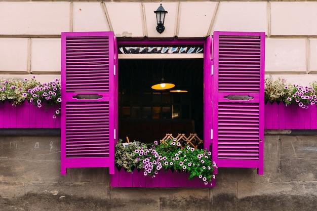 Immeuble aux fenêtres et volets violets