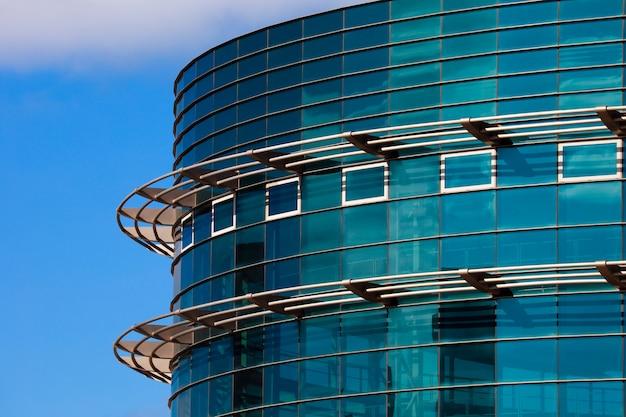 Immeuble de bureaux sur la base de grandes fenêtres et de style moderne