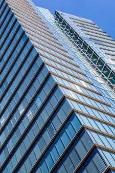 Immeuble de bureaux de belgacom dans le quartier des affaires du centre-ville avec ciel bleu clair