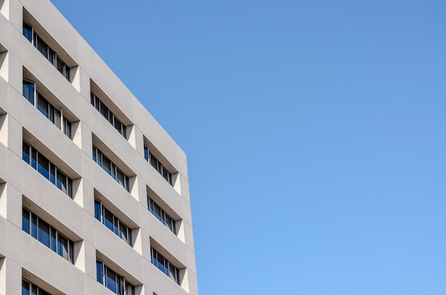 Immeuble de bureaux et ciel bleu