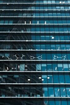 Immeuble de bureaux à l'extérieur en verre bleu foncé. gratte-ciel moderne, gros plan du centre d'affaires. photographie verticale.