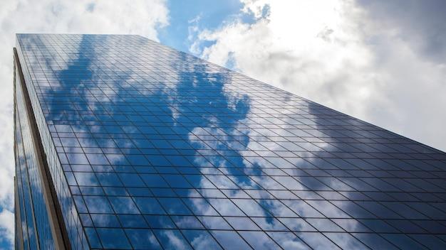Immeuble de bureaux moderne bleu avec réflexion de nuages