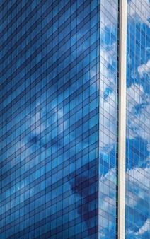 Immeuble de bureaux moderne contre un ciel bleu