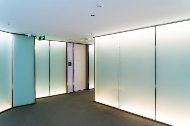 Un immeuble de bureaux moderne avec portes et fenêtres en verre