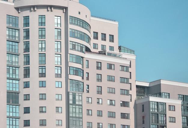 Immeuble de bureaux à plusieurs étages avec ciel bleu