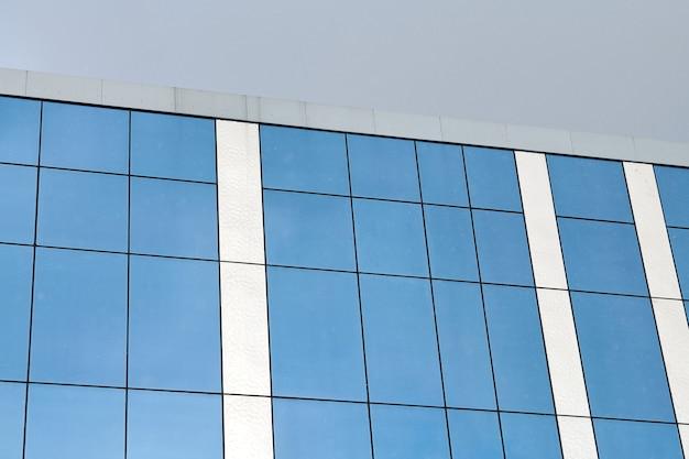 Immeuble de bureaux en verre moderne avec fond de ciel bleu