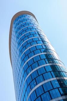 Immeuble de bureaux en verre ovale à bruxelles, belgique
