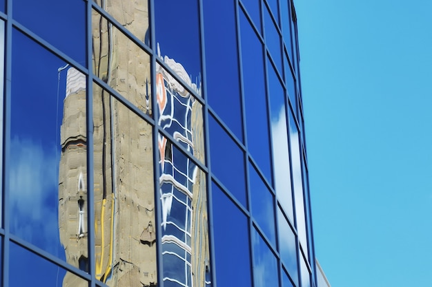 Immeuble de bureaux en verre reflet ciel nuage