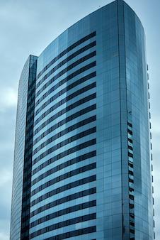 Immeuble commercial gratte-ciel dans la ville