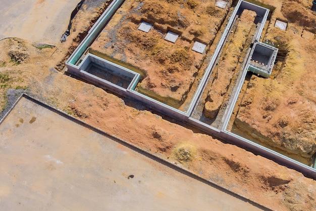 Immeuble de construction de bâtiments de tranchées creusées dans le sol et remplies de ciment comme fondation