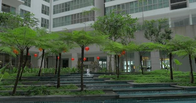 Immeuble élevé et jardin décoratif à proximité