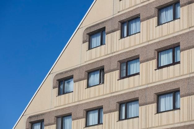 Immeuble avec fenêtres dans le ciel bleu. photo de haute qualité