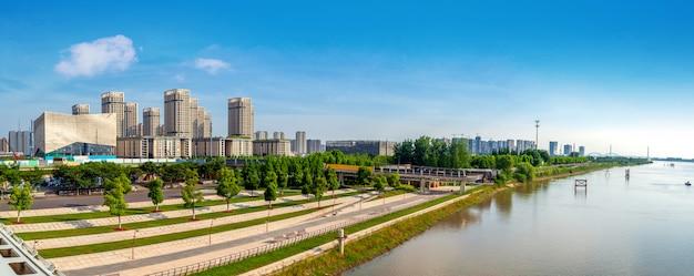 Immeuble de grande hauteur au bord de la rivière
