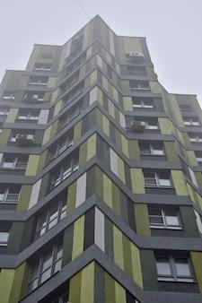 Immeuble de grande hauteur dans le brouillard