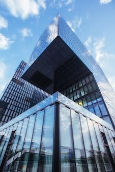 Immeuble de grande hauteur vers le ciel. le monde de la beauté
