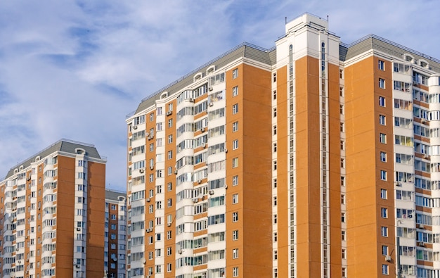 Immeuble d'habitation en russie (moscou). architecture moderne typique en russie.