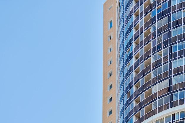 Immeuble à louer avec ciel bleu