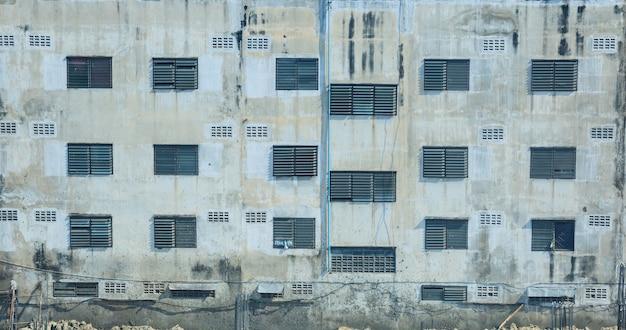 Immeuble résidentiel urbain, appartement, extérieur du condominium, fenêtre et mur de fond.
