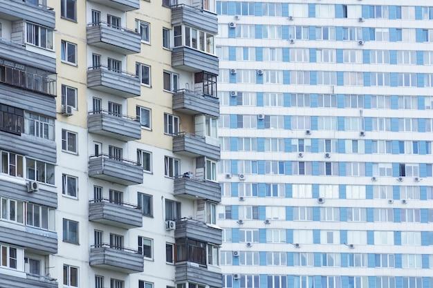 Immeuble en russie. maisons anciennes et nouvelles à moscou pour le logement.