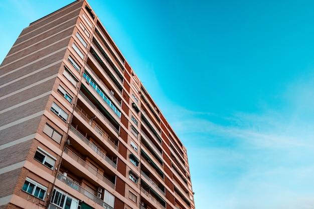 Immeuble unifamilial laid dans une zone marginale.
