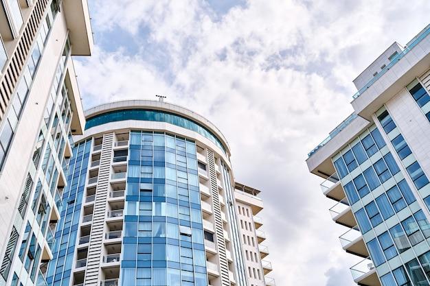 Immeubles d'appartements modernes sur fond de ciel nuageux