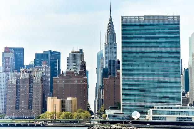 Immeubles de bureaux et appartements sur la ligne d'horizon au coucher du soleil. concept immobilier et voyage. manhattan, new york city, états-unis.