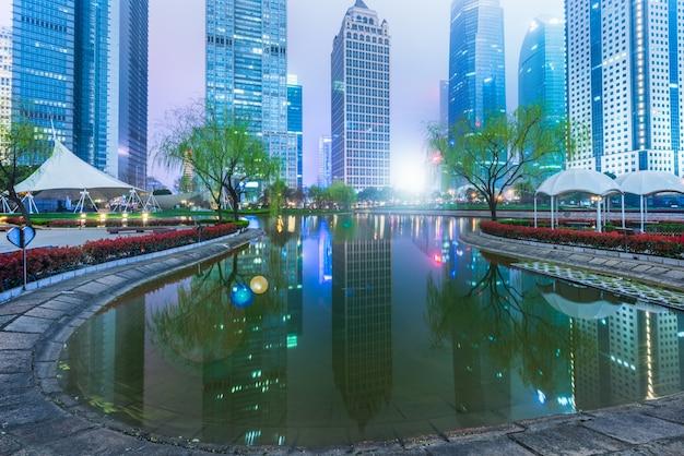 Immeubles de bureaux contre le ciel la nuit