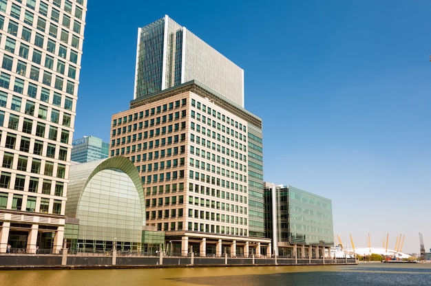 Immeubles de bureaux modernes à canary wharf à londres
