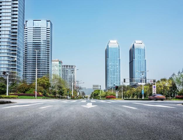 Les immeubles de bureaux vus de la route