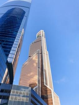 Immeubles de grande hauteur du centre d'affaires de moscou. district moscou-ville contre le ciel de jour