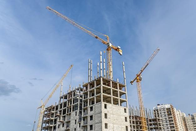 Immeubles de grande hauteur et grues à tour de levage