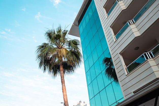Immeubles de grande hauteur modernes sur fond de ciel bleu. beaux bâtiments, conception de maison moderne.