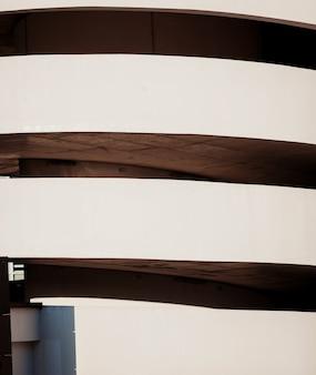Immeubles de stationnement pour voitures. rampe hélicoïdale descendant du parking