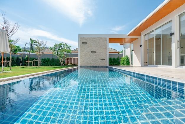 Immobilier design intérieur et extérieur piscine de la maison
