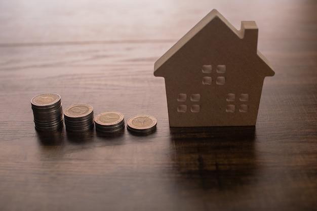 Immobilier avec modèle en bois sur table