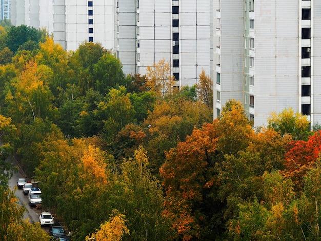 Immobilier d'occasion pendant l'arrière-plan de l'architecture d'automne