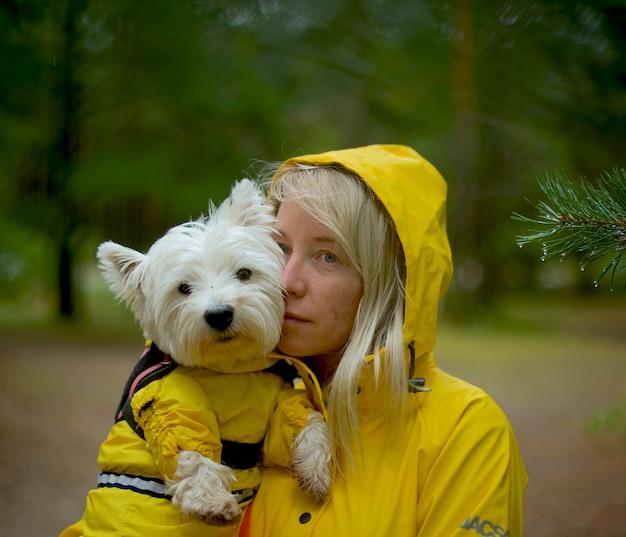 Imperméables jaunes pour chien et femme
