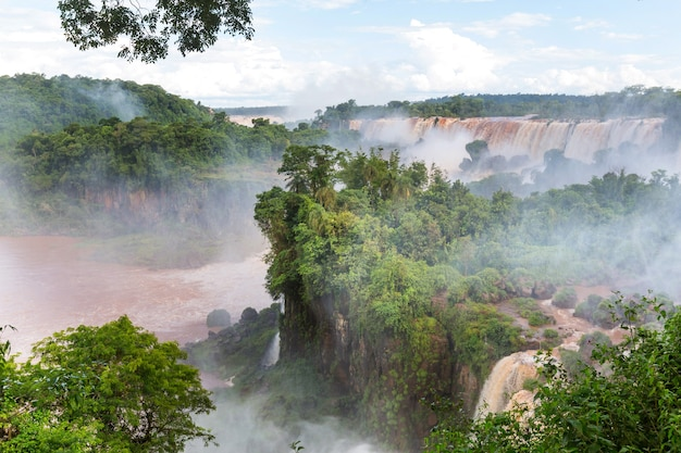 Impessive iguassu (iguazu) falls sur la frontière argentine - brésil, filtre instagram. puissantes chutes d'eau dans les jungles.