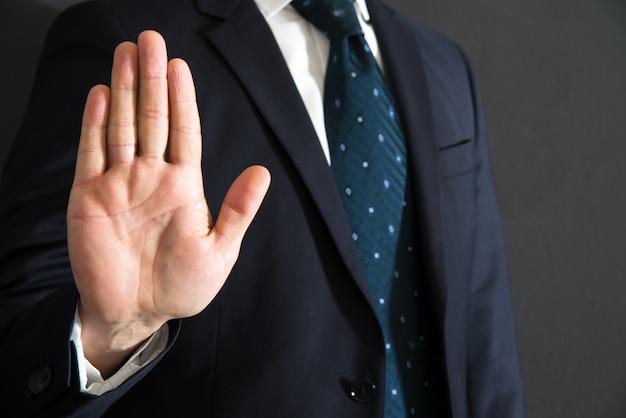 Imposant arrêt avec le geste de la main