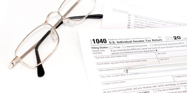 Impôt sur le revenu avec instruction et lunettes.