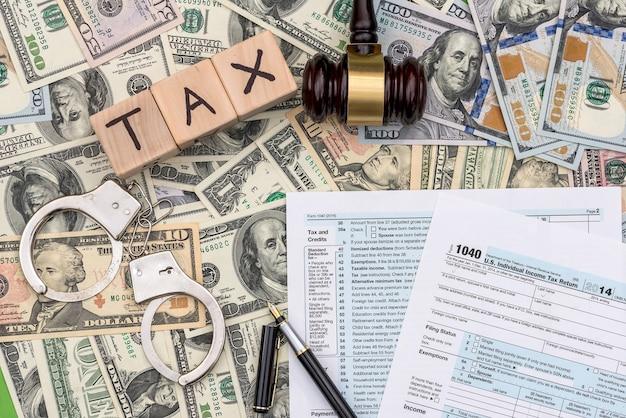 Impôts impayés et concept de punition sur fond de dollar