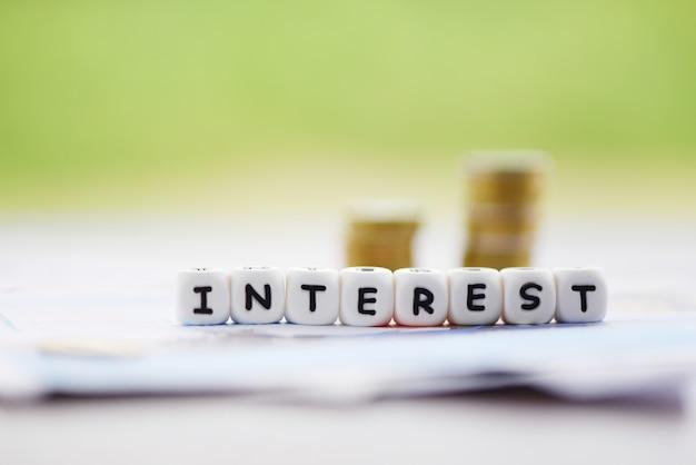 Impôts sur les taux d'intérêt et bénéfices avec pièces empilées