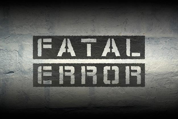Impression au pochoir noir d'erreur fatale sur le mur de briques grunge avec effet de dégradé ; une police spécialement conçue est utilisée