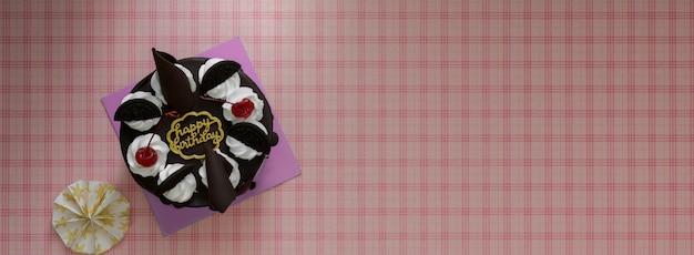 Impression de fond rose avec gâteau de la forêt-noire