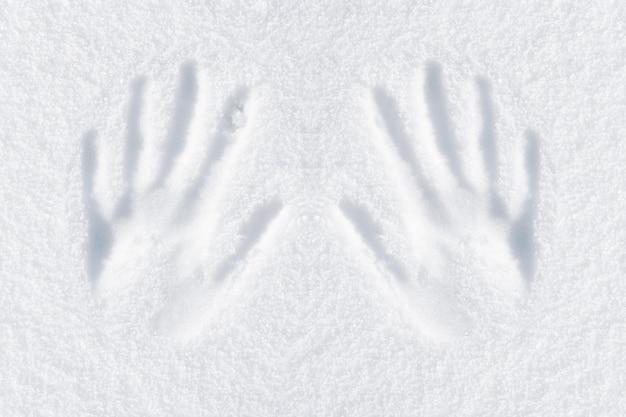 Impression de mains dans la neige fraîche