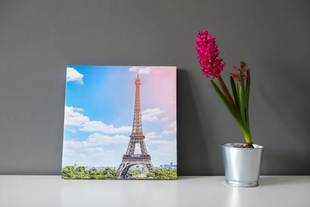 Impression sur toile tendue sur cadre et fleur magenta en pot sur mur gris